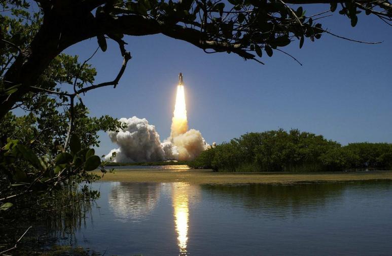 Ein Bild einer Rakete, die aufsteigt